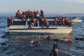 Syrian and Iraqi immigrants getting off a boat from Turkey on the Greek island of Lesvos / Photograph: Ggia, Wikimedia Commons