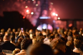 Crowd of people who stand in front of Eiffel Tower. Photo: Pexels