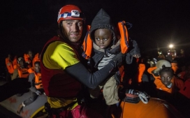 A member of Open Arms rescuing a child.