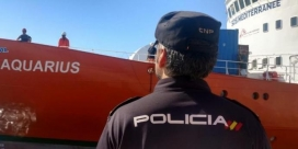 A police officer in front of the Aquarius rescue boat in València