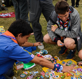 Young scouts sharing emblems.    Source: Scout.org