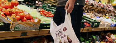 Edeka customer buying with a biodegradable bag. Photo: FEEDitBAG