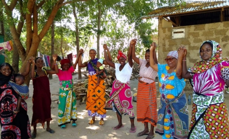 One of the axes of the organization's work is the promotion of women's groups in this rural area of Kenya.
