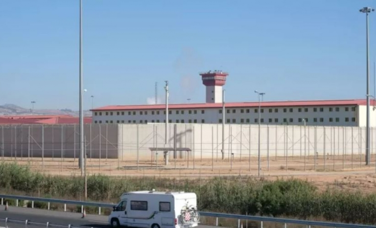 Three Villena prison officials assaulted an inmate with mental health problems.