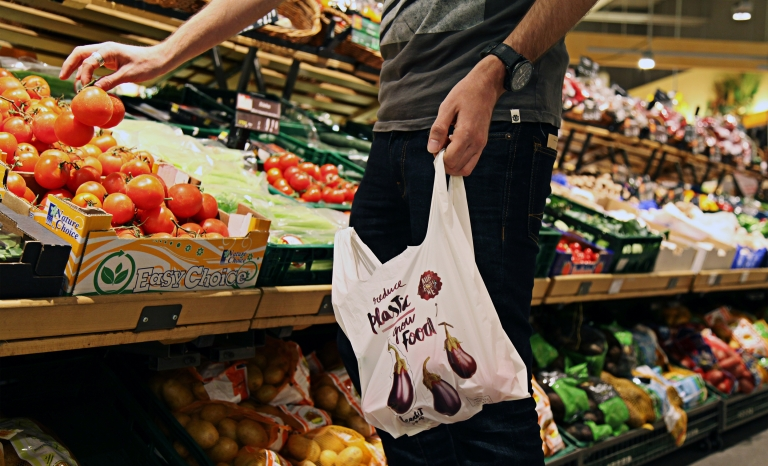 Edeka customer buying with a biodegradable bag. Photo: FEEDitBAG