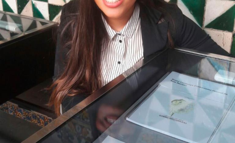 Jelen Amador standing next to her thesis / Photo: Gencat
