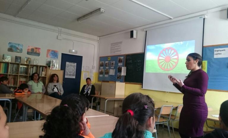 A lesson on Roma culture at the school Mare de Déu de Montserrat in Terrassa, given by Jelen Amador / Photo: Comunitat d'Aprenentatge Mare de Déu de Montserrat de Terrassa