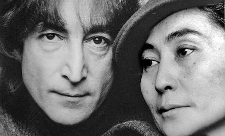On the left, John Lennon, author of the song Imagine. Photo: Wikimedia