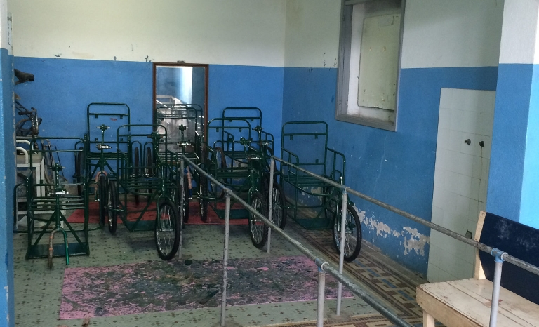 Room with wheelchairs in Mozambique / Photo: Fisiàfrica