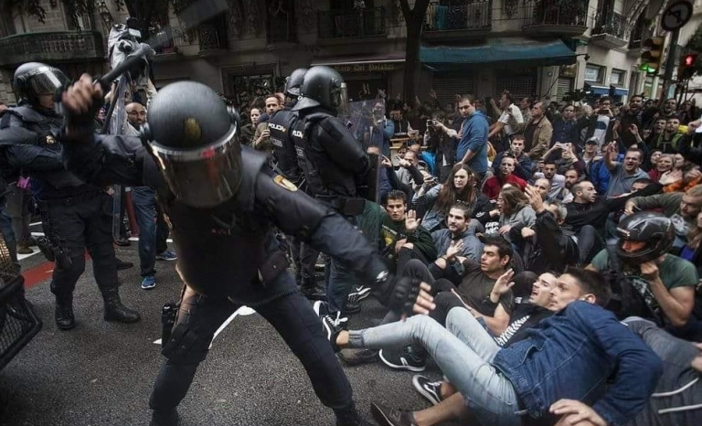Spanish security corps hitting peaceful demonstrators. Photo: Twitter