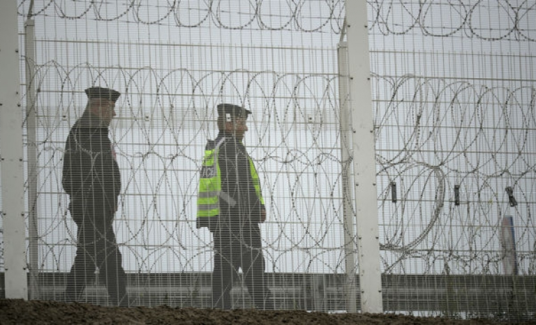 Police in the British fence that shield Calais