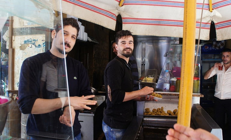 Two young Syrians working in the catering sector / Photo: Zeinab Mohamed, Flickr